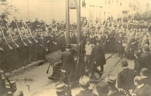 Η φωτογραφία αυτή τραβήχτηκε στη Valence (νοτιοανατολική Γαλλία) στις 22 Σεπτέμβρη του 1909. Πρόκειται για την εκτέλεση του Octave David, καταδικασμένου για ληστείες και φόνους.  Μετά το 1909 η κυβέρνηση της Γαλλίας απαγόρευσε τη φωτογράφηση των εκτελέσεων.  Όσες φωτογραφίες σχετικές υπάρχουν μετά το 1909 είναι παράνομες.  Φωτογραφίες από την εκτέλεση του Liabeuf δεν υπάρχουν.
