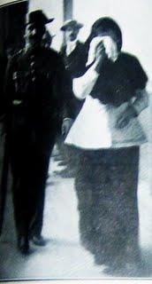H Enriqueta, ενώ οδηγείται στο αρχηγείο της αστυνομίας.
