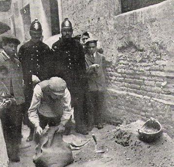 Αστυνομικοί ψάχνουν το σπίτι της Enriqueta.
