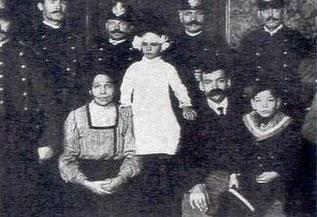 Η Teresita Guitart, με την οικογένειά της και αστυνομικούς, μετά τη διάσωσή της.