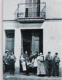 Περίεργοι έξω από το σπίτι της οδού Ponent, μετά τη σύλληψη της Enriqueta.