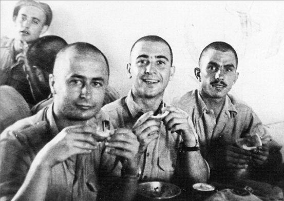 Στη μέση, στρατιώτης το 1947