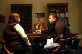 Η Μ. Σαμπανιώτη, μιλώντας στον συντάκτη του protothema.gr Φρ. Δρακοντίδη. Στο μέσον, ο συνήγορός της Γ. Παπαϊωάννου.