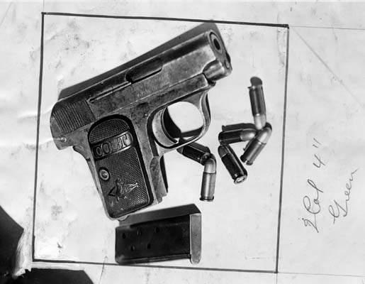 Το όπλο του εγκλήματος και οι κάλυκες, όπως ανακαλύφθηκαν στις μακάβριες αποσκευές.