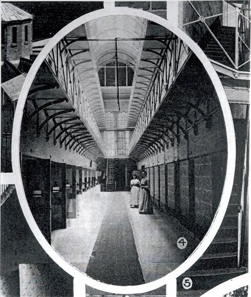 Κρατούμενες έξω από τα κελιά τους στη φυλακή της Victoria.