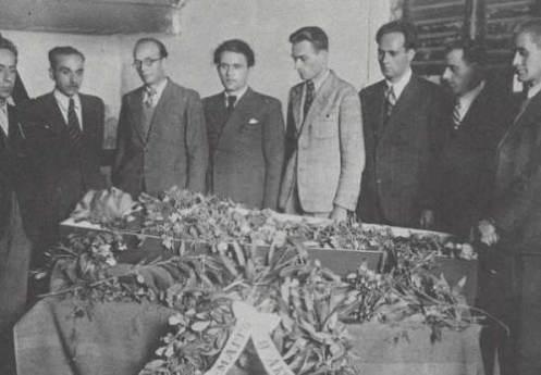 Η κηδεία του Ακροναυπλιώτη Μάγκου που πέθανε από «εξάντληση συνέπεια υποσιτισμού», 18 Μαΐου 1942, στην φυλακή και κηδεύτηκε στο νεκροταφείο Ναυπλίου. Πήραν άδεια και παραβρέθηκαν συγκρατούμενοι.