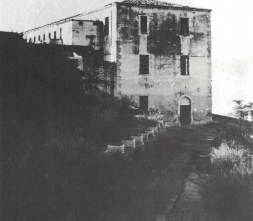 Η είσοδος στο κτήριο των φυλακών.