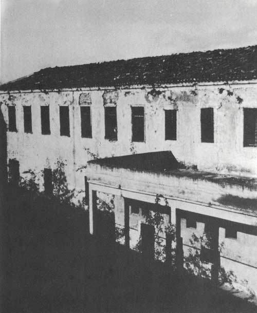 Η νότια πλευρά του κτηρίου της Ακροναυπλίας που κατασκευάστηκε και το καταφύγιο.