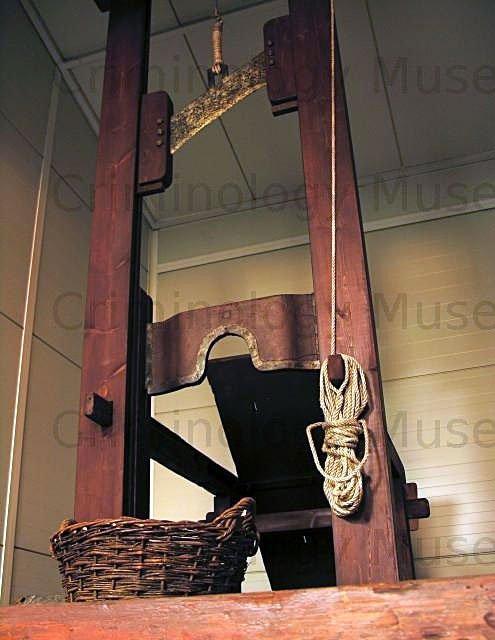 Ξύλινη λαιμητόμος της εποχής του Όθωνα. Εγκληματολογικό Μουσείο. Ιατρική Σχολή του Εθνικού & Καποδιστριακού Πανεπιστημίου Αθηνών.
