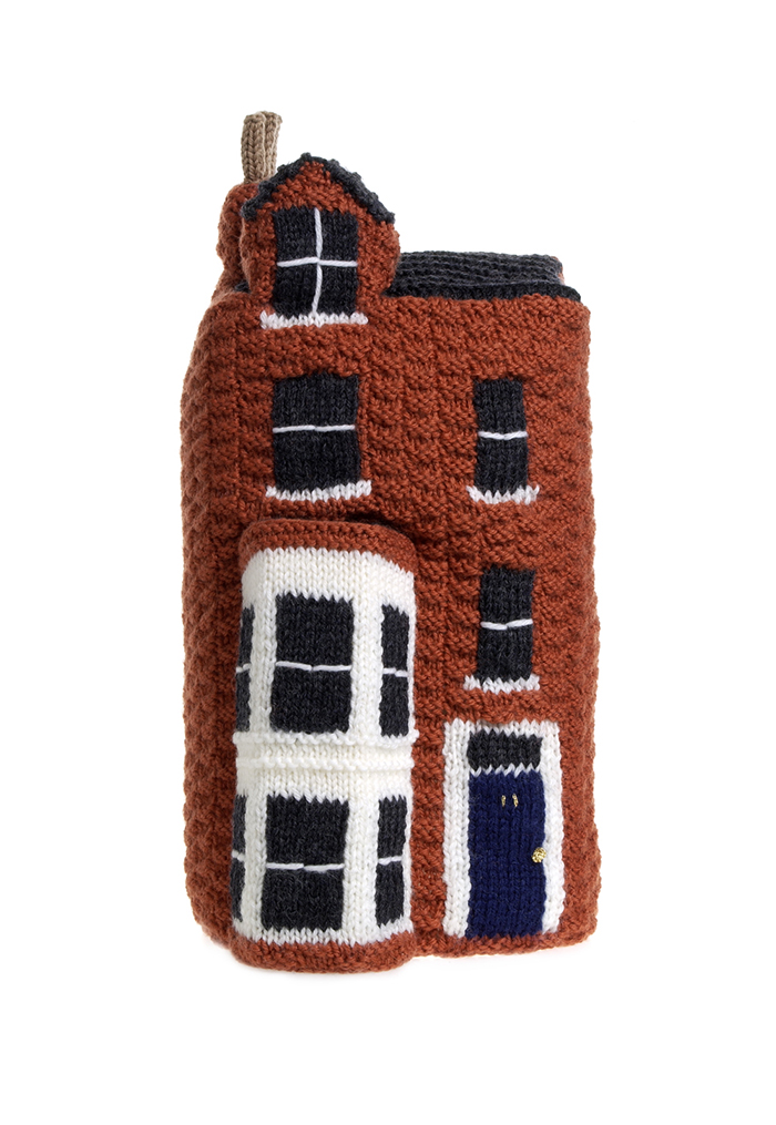 Η Freddie Robbins, στη σειρά δημιουργημάτων της «Knitted Homes of Crime», έχει κατασκευάσει και το σπίτι της οικογένειας Χριστοφή, στον αρ. 11 του South Hill Park, Hampstead, London