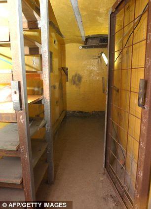Ένα από τα κελιά του υπογείου