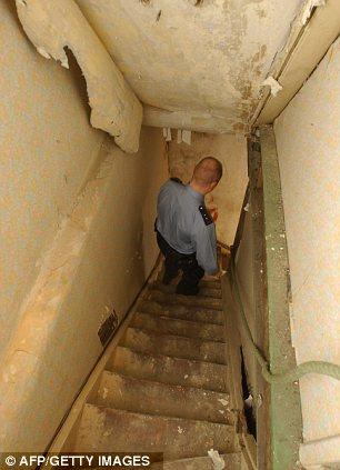 Αστυνομικός κατεβαίνει τα σκαλιά που οδηγούν στο υπόγειο