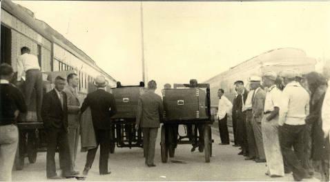 Μετά την αποκάλυψη του φρικτού περιεχομένου τους, τα πτώματα απομακρύνονται από τον σιδηροδρομικό σταθμό