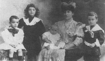Η σύζυγος του Ανδ. Καβαφάκη, Ζωή, με τα τέσσερα παιδιά τους (από αριστερά) Νικόλαο, Χαρίκλεια, Λέανδρο και Χρήστο.