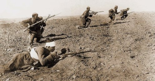 Οι στρατιωτικές εξελίξεις στη Μικρά Ασία, έπαιξαν καθοριστικό ρόλο στην εσωτερική πολιτική σκηνή, κατά τους πρώτους μήνες του 1922.