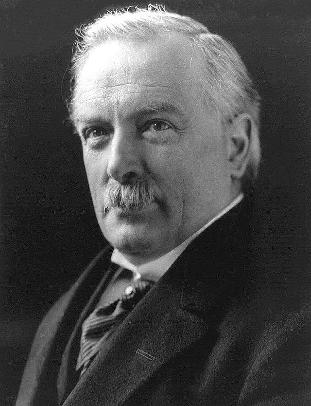 Ο Λόυντ Τζορτζ (φωτό) διατέλεσε πρωθυπουργός της Μεγάλης Βρετανίας από τον Δεκέμβριο του 1916 ως τον Οκτώβριο του 1922.  Οι δηλώσεις του, τον Φεβρουάριο του 1922, για την ελληνική πολιτική κατάσταση, προκάλεσαν τη μήνι των κωνσταντινικών κύκλων.