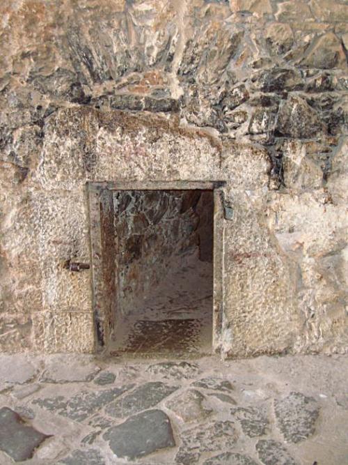 Προμαχώνας Αγίου Ανδρέου, είσοδος υποτιθέμενης φυλακής Θ. Κολοκοτρώνη.