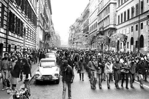 Η φωτογραφία του εξωφύλλου του βιβλίου, έχει τραβηχτεί στην Ρώμη το 1977, από τον Εnrico Scuro
