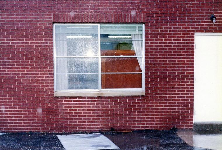 To παράθυρο, απ' όπου μπήκε ο Johnny στο μοναστήρι