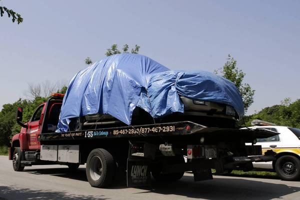 Το οικογενειακό Ford Expedition SUV μεταφέρεται για ανάλυση μαζί με τα τέσσερα θύματα εντός του, πηγή: http://articles.chicagotribune.com